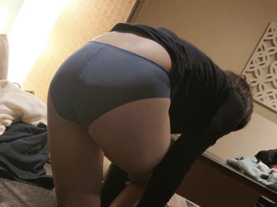 着替え中の下着姿の女性