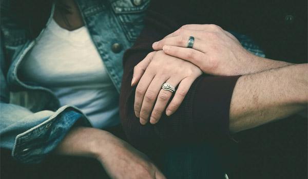 腕を組むカップル